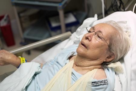 Ältere 80 plus Jahre alte Frau in einem Krankenhausbett