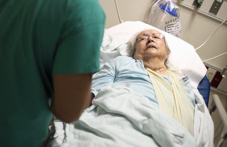 malade au lit: Personnes �g�es femme de 80 ans, ainsi que dans un lit d'h�pital Banque d'images