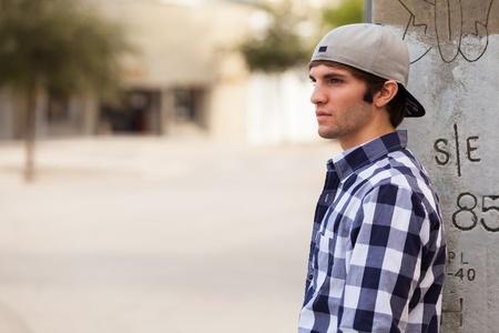 hombres jovenes: Hombre joven hermoso al aire libre, en un entorno urbano del centro