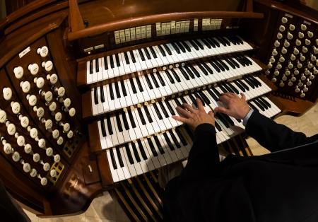 Close-up van een organist speelt een pijporgel Stockfoto