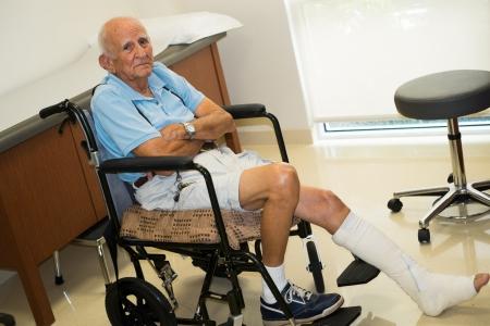 pierna rota: hombre en un consultorio médico Foto de archivo