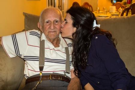 Ltere 80 Plus-jähriger Mann mit Enkelin in einem häuslichen Umfeld Standard-Bild - 20696375