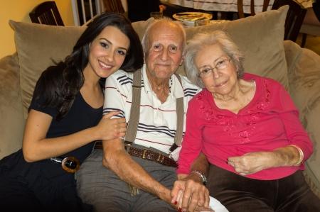 Ältere 80 jährigen alten Großeltern mit Enkelin in einem häuslichen Umfeld Lizenzfreie Bilder