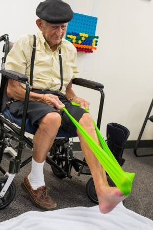 f�sica: Hombre de 80 a�os, m�s personas mayores que reciben terapia f�sica