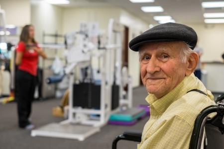 Ouderen 80 plus jaar oude man die fysiotherapie