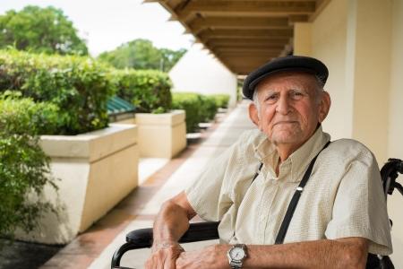 Ältere 80 jährigen alten Mann im Rollstuhl draußen Lizenzfreie Bilder