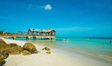 Schöne Florida Keys Strand mit überdachter Steg entlang der Küstenlinie Lizenzfreie Bilder