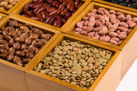 leguminosas: Cierre de vista de un conjunto de varios granos contenidos en cajas de madera