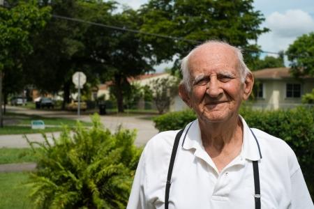 80s adult: Mayores 80 a�os m�s viejo hombre al aire libre en un ambiente de hogar