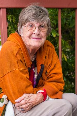 Hübsche ältere Frau im Freien Porträt. Lizenzfreie Bilder