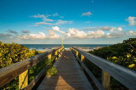 Schöne Cocoa Beach, Florida mit blauem Himmel und Wolken. Lizenzfreie Bilder