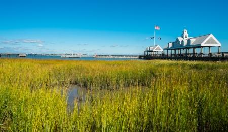 carolina del sur: Puerto de Charleston por un parque Waterfront en el centro de Charleston, Carolina del Sur. Foto de archivo