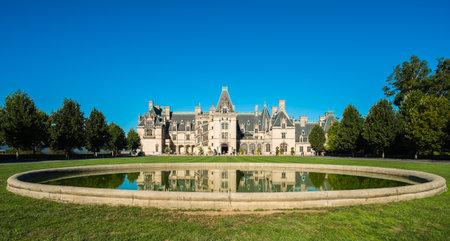 Asheville, USA 11. Oktober: Das Biltmore House and Gardens, eine beliebte Touristenattraktion, von dem Industriellen George Vanderbilt im Jahre 1895 erbaut ist das größte Haus in Asheville Amerikas am 10. Oktober 2013. Editorial
