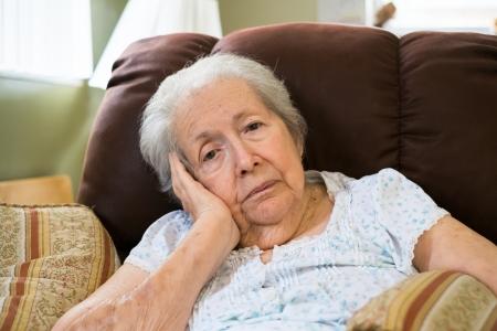 Ältere achtzig Plus-jährige Frau in einer Umgebung zu Hause.