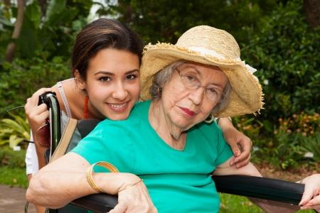 damas antiguas: Abuela con la nieta en un jardín.