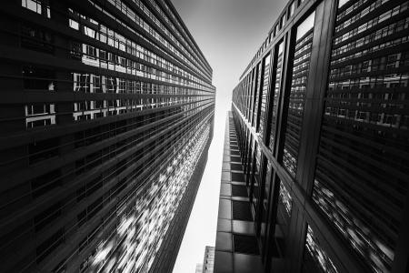 Schwarz-Weiß-abstrakten Blick nach oben von der Innenstadt von Wolkenkratzern.