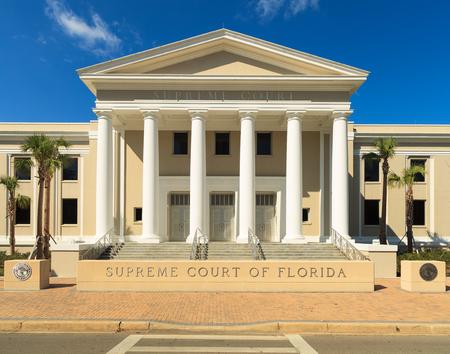 orden judicial: Edificio de la Corte Suprema del estado en Tallahassee, Florida.