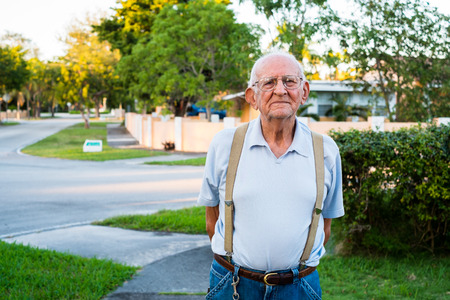 bald man: Hombre de edad de ochenta años, más viejo al aire libre en el hogar.