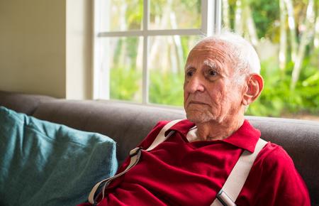 achtzig: �ltere achtzig Jahre altem Mann in einer Umgebung zu Hause.