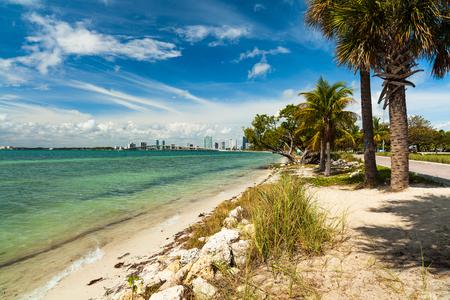 key biscane: Bonita playa a lo largo de la Rickenbacker Causeway en Key Biscayne en Miami