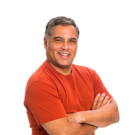 Beau âge mûr homme hispanique dans un portrait en studio sur un fond blanc.