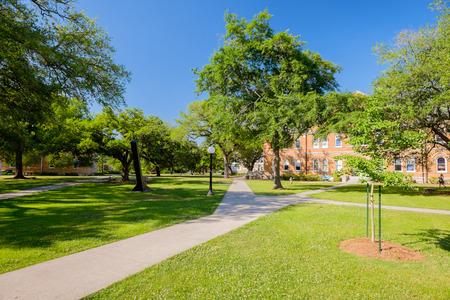 Típico campus de la universidad estadounidense. Foto de archivo