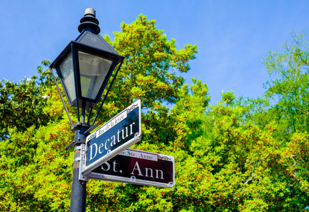 Decatur placa de la calle en el barrio francés de Nueva Orleans, Louisiana. Foto de archivo - 28332756
