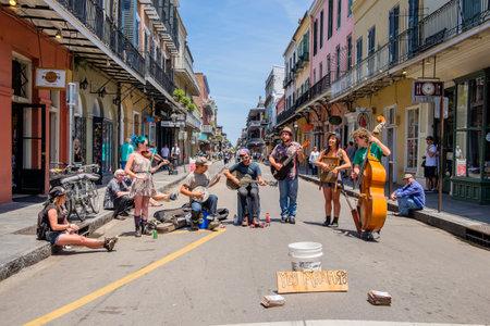 NEW ORLEANS, LOUISIANA EE.UU. - 01 de mayo 2014: artistas callejeros no identificados que juegan azul música de estilo hierba en el distrito French Quarter en Nueva Orleans, Louisiana.