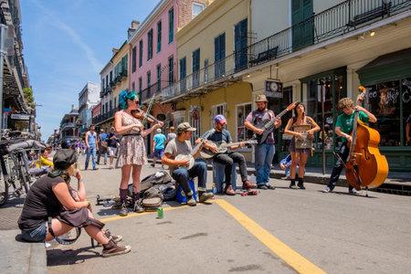 New Orleans, Louisiana USA - 1. Mai 2014: Unbekannte Straßenkünstler Blue Grass Musik im Stil der Französisch Quarter Viertel in New Orleans, Louisiana.