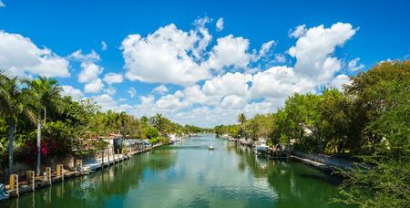 house gables: Comunidad ribere�a t�pica en el sur de Florida