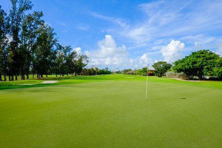Golf course landscape viewed from the putting green. Standard-Bild