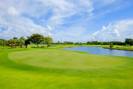 パッティング グリーンの後ろから見るゴルフコースの風景です。