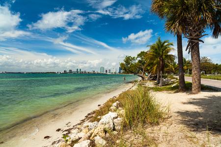 key biscane: Bonita playa a lo largo del Rickenbacker Causeway en Key Biscayne en Miami.