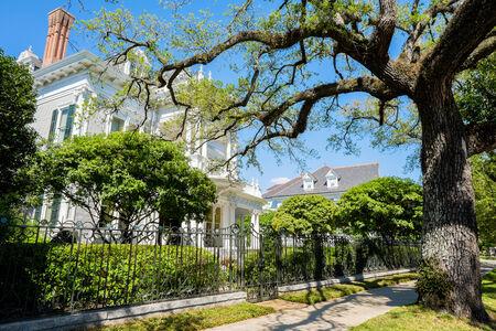 casa colonial: Casas de estilo sureño históricas a lo largo Saint Charles Avenue en Nueva Orleans, Louisiana. Foto de archivo