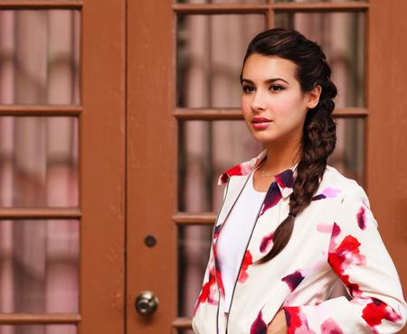 fille indienne: Belle jeune femme dans un décor extérieur. Banque d'images