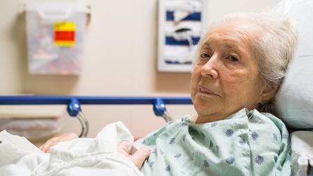 achtzig: �ltere und achtzig Jahre alte Frau in einem Krankenhausbett.