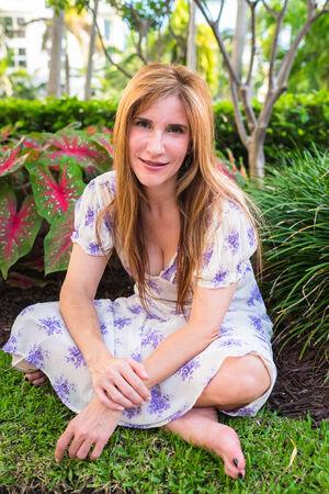 ojos verdes: Mujer bonita en un escenario al aire libre.