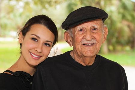 hispánský: Starší osmdesát navíc letý muž s vnučkou ve venkovním prostředí. Reklamní fotografie