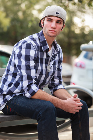 beau jeune homme: Beau jeune homme portrait de la mode en plein air.
