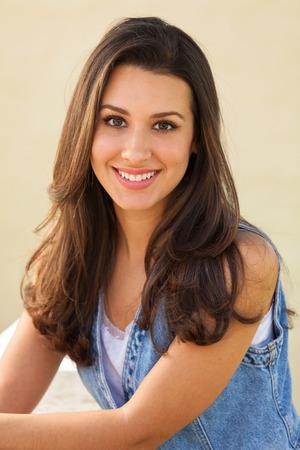 Schöne multikulturelle junge Frau im Freien Porträt. Standard-Bild