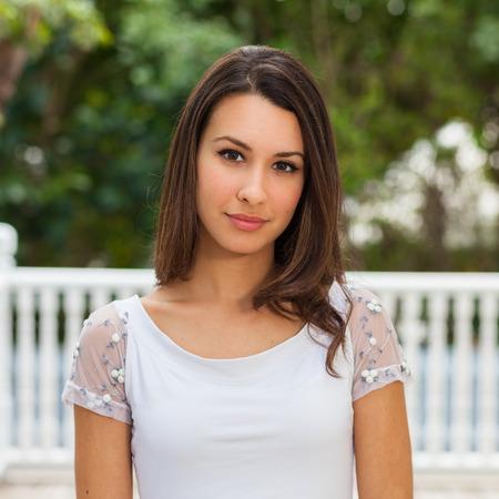 ojos verdes: Hermoso retrato al aire libre Mujer joven multicultural.