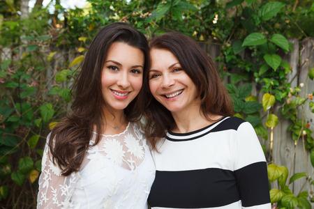 madre e hija: Madre e hija retrato en un escenario al aire libre. Foto de archivo