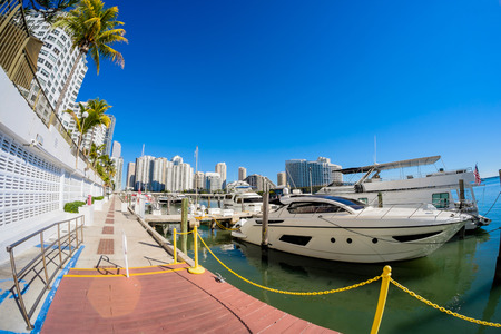 ojo de pez: Fish eye view of the Brickell area in downtown Miami along Biscayne Bay.