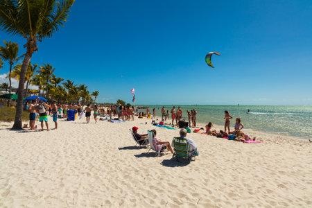 llaves: Key West, Florida, EE.UU. - Marzo 3 de 2015: estudiantes universitarios jovenes que disfrutan de las vacaciones de primavera en una playa de Key West, en Florida. Editorial