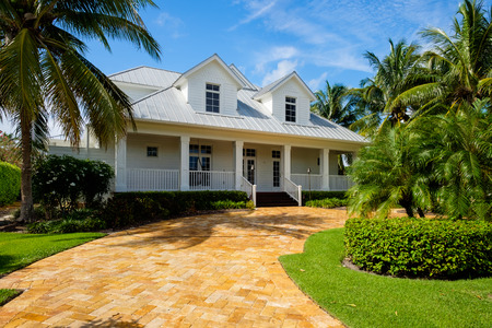 Naples, Florida USA - July 28, 2015: Beautiful  wood frame architecture style home in the coastal residential historic district of Naples. Imagens - 43482599