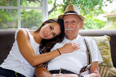 ragazza innamorata: Anziani 80 anni più vecchio con la nipote in un ambiente domestico.