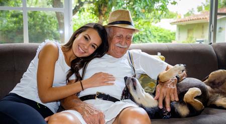 高齢者 80 プラス家の設定で孫娘と歳の男性。