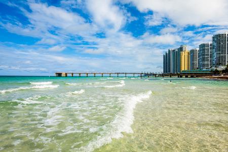 Scenic North Miami Beach Skyline mit Eigentumswohnungen, Ferienhotels und Angelsteg.