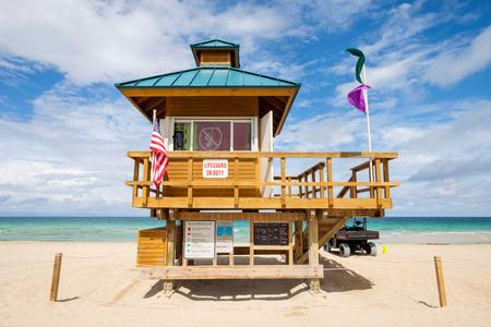 Lifeguard station along beautiful Sunny Isles Beach in North Miami. Standard-Bild