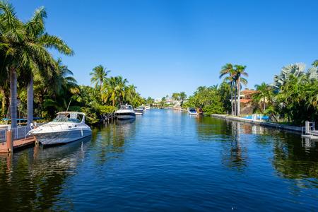bateau: communauté riveraine typique dans le sud de la Floride.